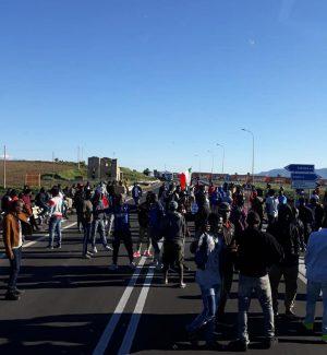 I migranti invadono la carreggiata (foto di Antonio Giudice, da Facebook)