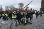 La protesta dei gilet gialli sugli Champs-Elysees