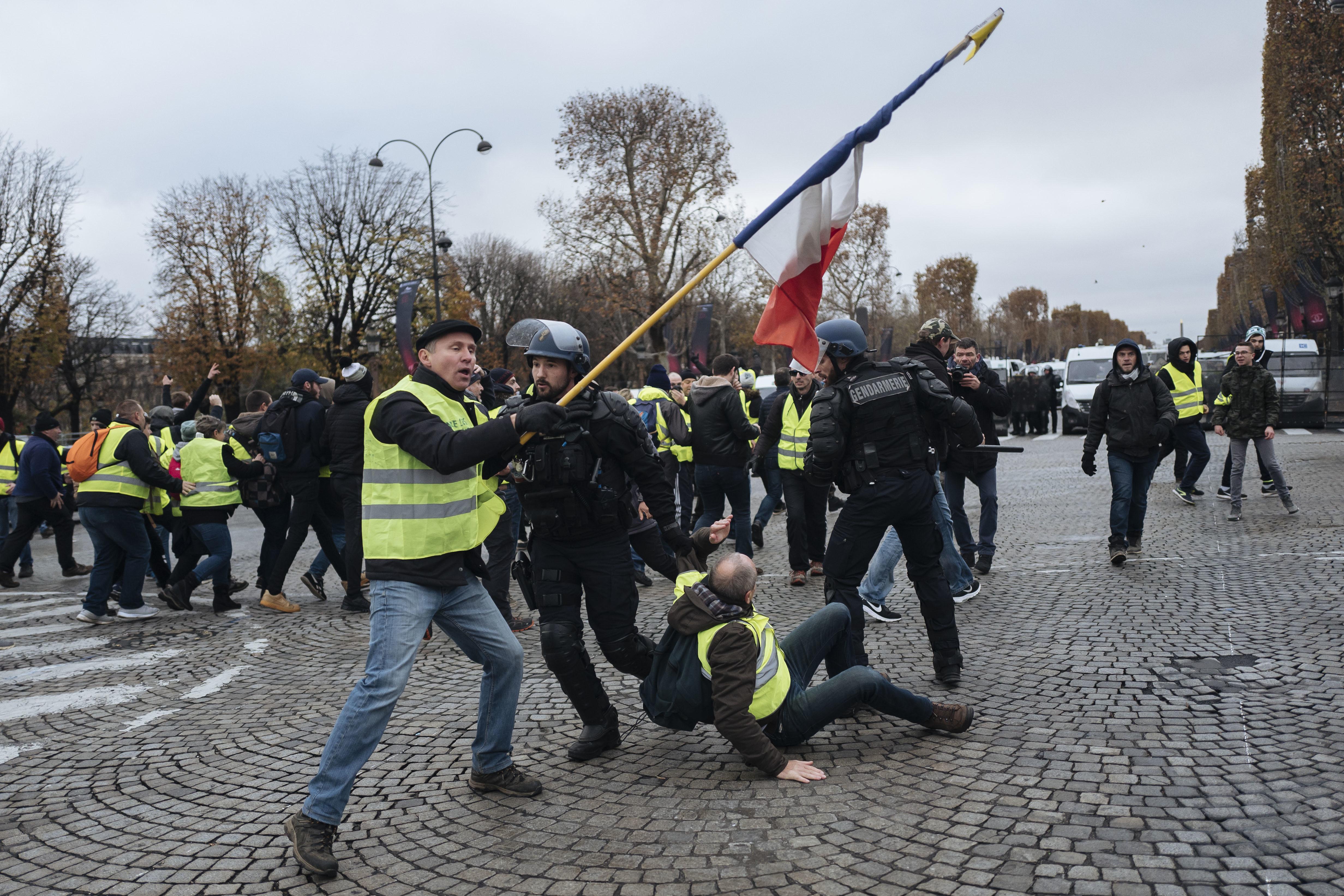 Gilet gialli in piazza a Parigi, è guerriglia con la polizia