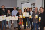 Salvo La Rosa e alcuni dei produttori caseari con l'attestato del Giornale di Sicilia (Foto Fucarini)