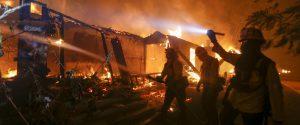 L'immagine di una villa in fiamme a Malibù, California