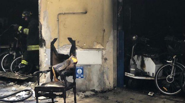 incendio deposito bici a Palermo, incendio in via val di mazara, Palermo, Cronaca