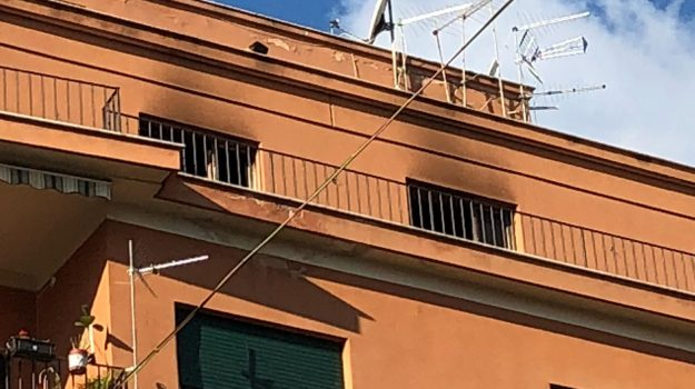 Palermo, incendio in una casa di via Giusti: muore un uomo di 69 anni