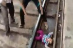 A vedere le immagini non sembra vero che la piccola sia riuscita a scampare incolume da questo incidente