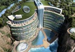Ha aperto uno degli alberghi più profondi del mondo: a 88 metri in una cava abbandonata