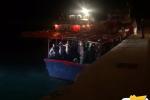 A Pozzallo arrivano nella notte duecento migranti su un barcone