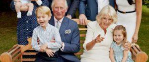 Accanto a lui la Duchessa di Cornovaglia, i nipoti George, Charlotte, il piccolo Louise, Meghan, i figli William e Harry e Kate Middleton