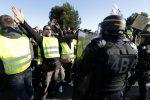 """Francia, protesta dei """"gilet gialli"""" contro il caro benzina: scontri e lacrimogeni, una vittima"""