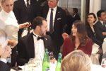 Salvini e Isoardi seduti allo stesso tavolo a una cena di gala: scherzano e ridono insieme