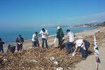 Ribera, gomme d'auto abbandonate in spiaggia