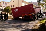 Tir non può circolare sulla A19, attraversa Blufi ma perde il container