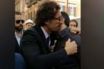 Toninelli al cantiere dell'anello ferroviario a Palermo, l'abbraccio a un commerciante in lacrime