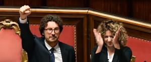 Il ministro delle Infrastrutture e dei Trasporti, Danilo Toninelli, e il ministro per il Sud, Barbara Lezzi