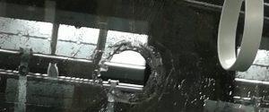 Il vetro del tram danneggiato dal sasso (Foto Marco Gullà)