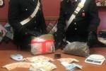 Nascondono due chili di marijuana sotto il materasso a Messina, arrestati nonno e nipote