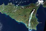 """Etna, il """"pennacchio"""" sembra una lacrima che riga il volto della Sicilia"""