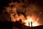 Le fiamme avvolgono il Museo Nazionale di Rio de Janeiro, dove fra i 20 milioni di reperti è custodito anche il più antico fossile umano dell'America Latina (fonte: Leo Correa/AP Photo)