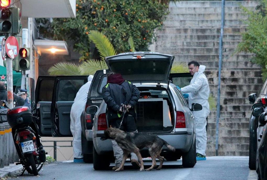 Atene, bomba rudimentale davanti a una chiesa: due feriti