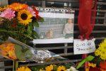 """""""Ciao Aldo, amico di tutti"""", dediche e fiori per il clochard ucciso a Palermo: le foto dal suo giaciglio"""