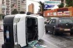 Furgoncino si ribalta in via dell'Orsa Minore a Palermo: le immagini dopo l'incidente