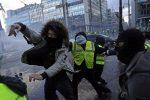 """Continua la protesta dei """"Gilet gialli"""", in 5.500 a Champs-Elysees: 10 feriti e 107 fermati"""