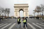 Parigi, gilet gialli sugli Champs-Elysees: scontri, la polizia usa lacrimogeni. A Bruxelles muore un uomo