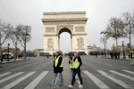 Parigi, decine di gilet gialli sugli Champs-Elysees