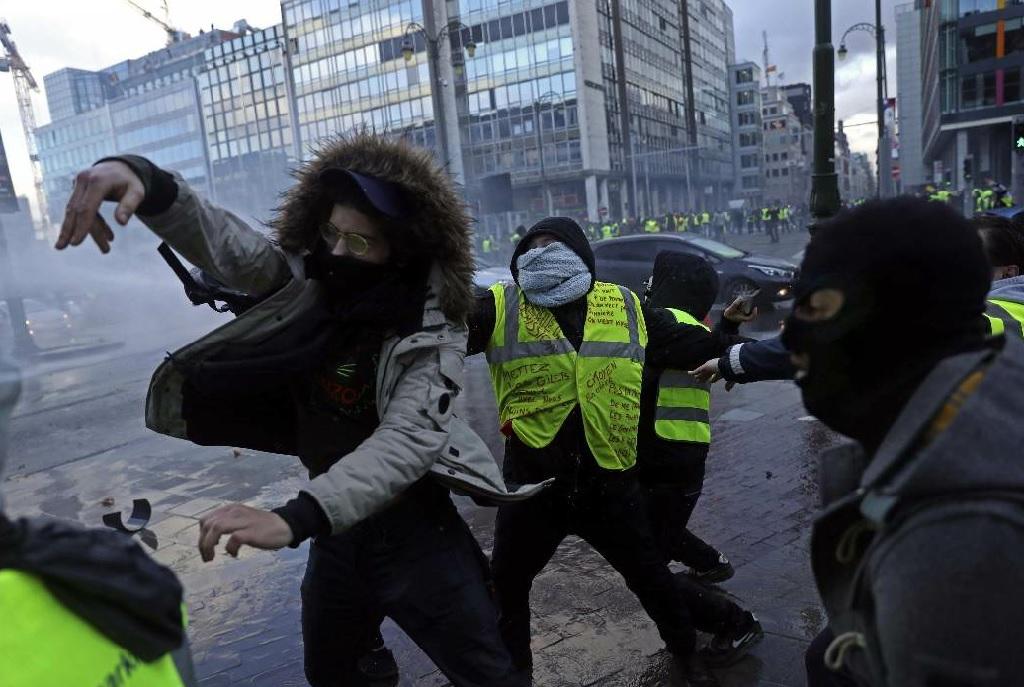 Gillet gialli, un morto al blocco ad Arles. Vertice d'emergenza per Macron