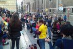 Crolli dal soffitto, disagi alla scuola Sciascia di Palermo: lezioni per protesta davanti al Comune
