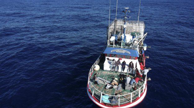 naufrago disidratato, peschereccio nel mediterraneo, Sicilia, Mondo