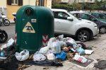 Palermo, rifiuti sui marciapiedi e immondizia attorno alle campane per la differenziata: così la via Bonanno
