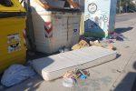 Cassonetti stracolmi e rifiuti abbandonati per strada: le foto dell'emergenza a Palermo