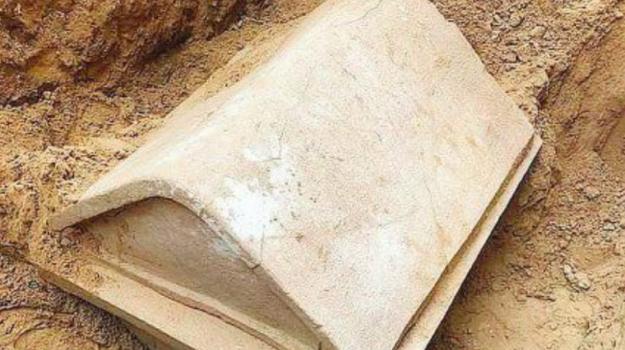 Gela, necropoli Gela, sarcofago Gela, scavi condotta Gela, scavi Gela, Gianluca Calà, Marina Congiu, Caltanissetta, Società