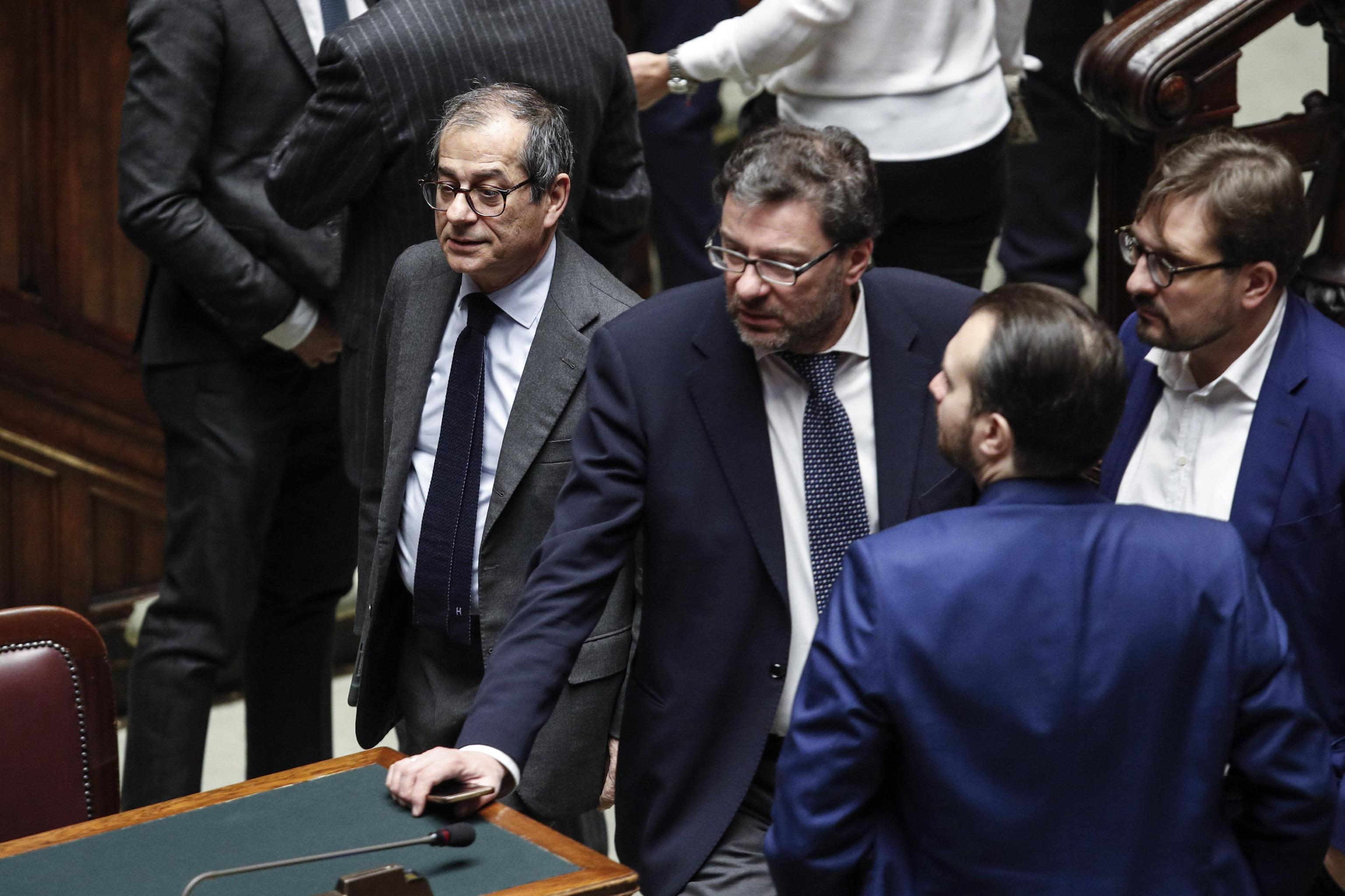 Manovra, bagarre alla Camera: Fico sospende la seduta