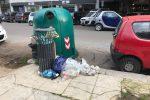 Erbacce, rifiuti abbandonati e incuria: nel degrado la villetta di piazza Don Bosco a Palermo