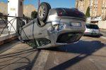 Incidente a Palermo, perde il controllo dell'auto che si ribalta: ferito