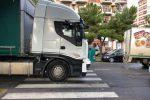 Investita da un camion a Palermo: le immagini dell'incidente in via De Gasperi