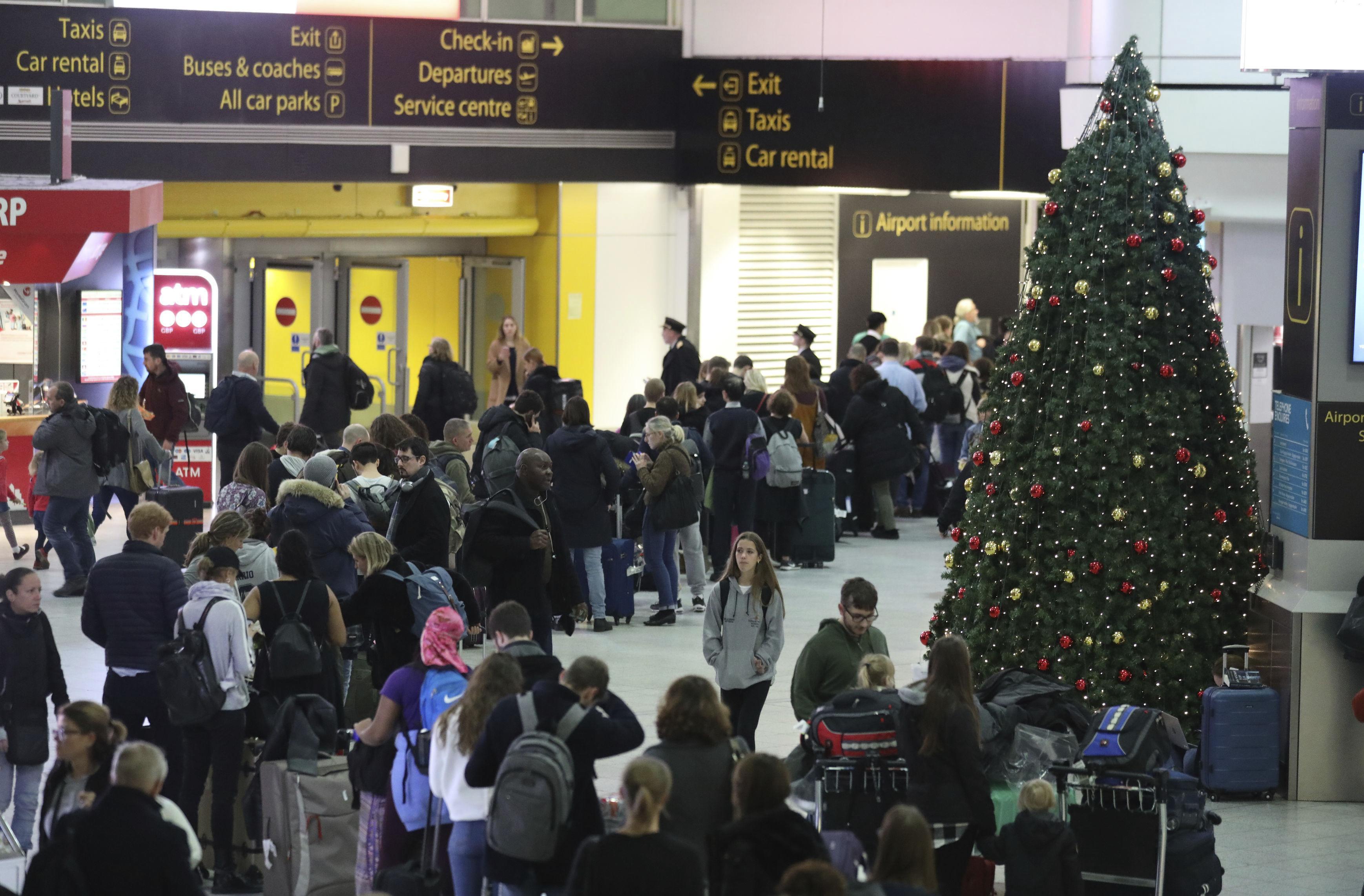 Droni sulla pista dell'aeroporto di Londra-Gatwick: chiuso lo scalo