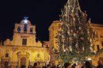 Lentini, il poeta dona alla città un albero di Natale che altrimenti sarebbe stato abbattuto