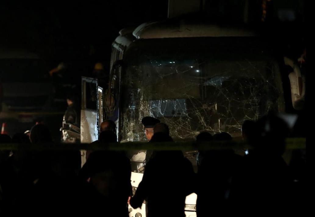 Bomba nei pressi delle piramidi, colpito un bus turistico