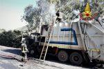 Autocompattatore in fiamme a Palermo, paura a Bellolampo