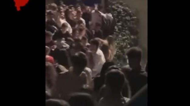 Tragedia in una discoteca dell'Anconetano: il video della caduta della balaustra