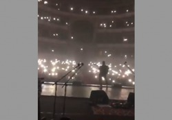 Il cantante ha intrattenuto i fan cantando senza amplificazione e in un teatro al buio