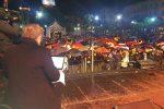 Le foto del Capodanno bagnato in piazza a Palermo: davanti al palco sotto gli ombrelli