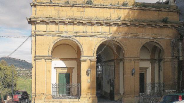 cimitero chiuso auto caltanissetta, Caltanissetta, Cronaca