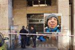 Una corona di fiori per il clochard ucciso a Palermo: oggi l'autopsia, telecamere dei negozi sotto analisi