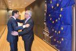 Un abbraccio tra il presidente del Consiglio Giuseppe Conte e il presidente della Commissione Europea Jean-Claude Juncker