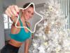 Sexy allenamento per la catanese Diletta Leotta di fronte il suo albero di Natale