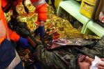 Fabrizio Corona aggredito dai pusher durante un reportage nella periferia di Milano