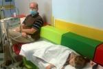 Nicola Pomaro con la figlia. Ha scritto una lettera a Zaia perche' non si opponga all'obbligo vaccinale